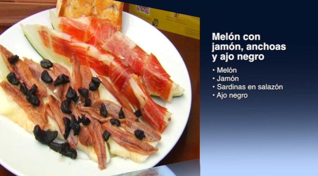 Melón con jamón, anchoas y ajo negro (con vídeo)